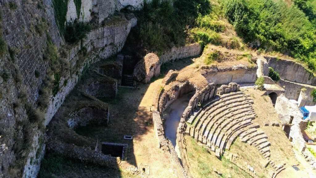 Visita Volterra e i suoi grattacieli- resti anfiteatro romano