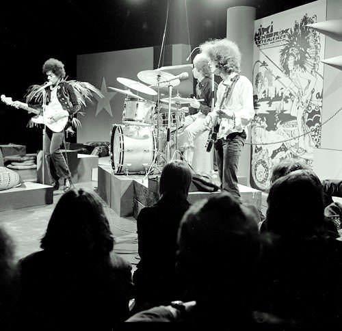 Jimi Hendrix: Chitarra, popolarità, diffusione e origine