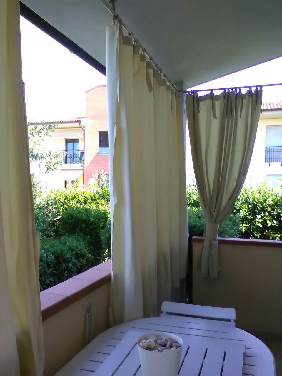 Balcone piccolo, oasi di relax. Come arredarlo? 4 balconi di città