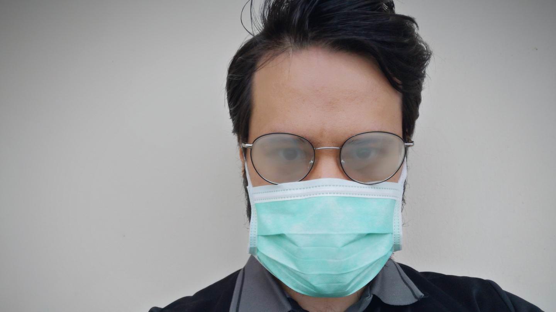 Come indossare la mascherina con gli occhiali: trucchi per portarla senza fastidio