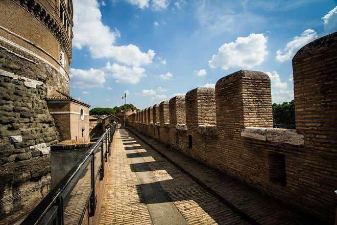 Roma: passeggiando lungo il Tevere per 3 km- Mura fortificate del Castello del Santo Angelo
