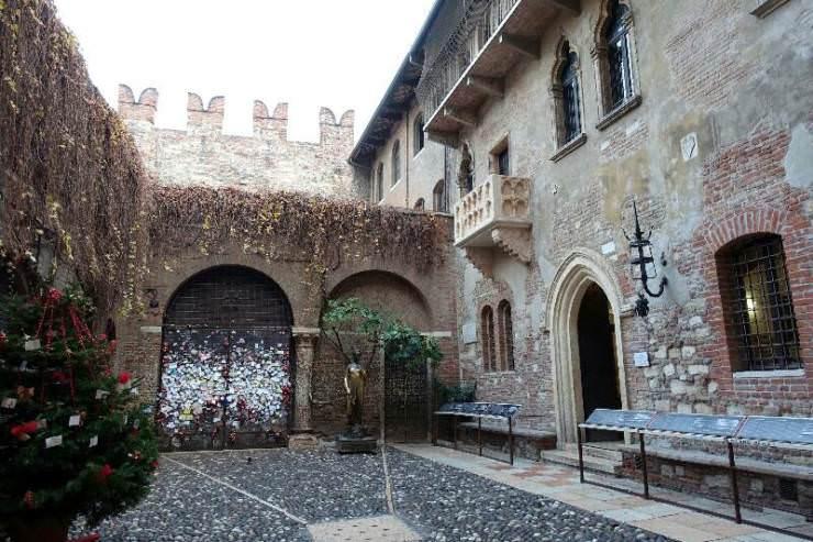 Verona medievale monumenti della piccola Roma: 10 cose da vedere. Balcone di Giulietta e il muro dell'amore