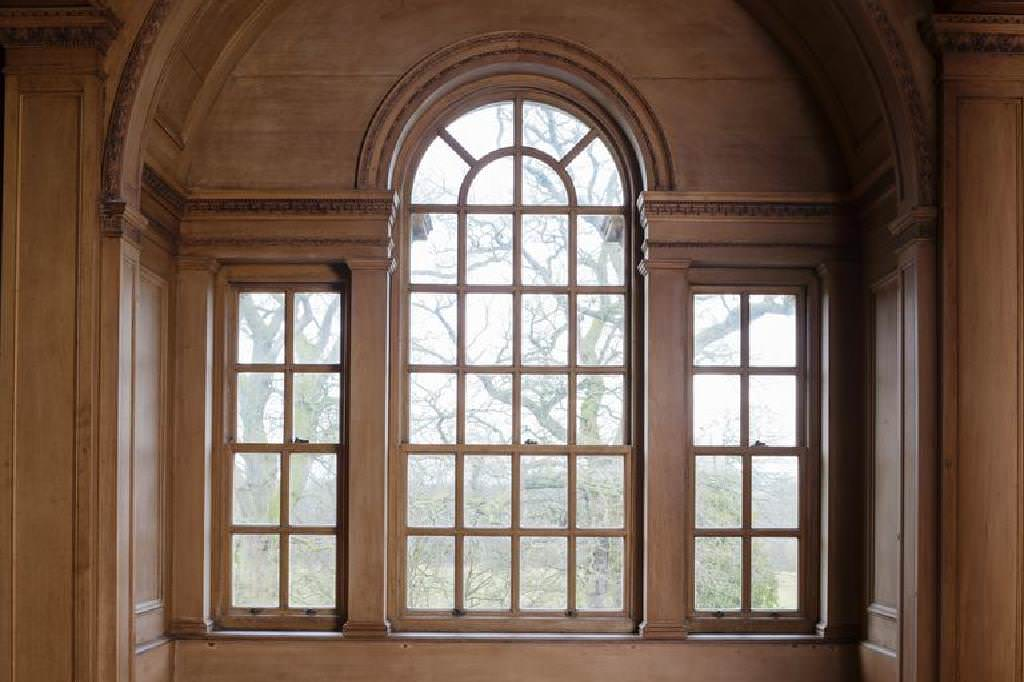 Finestra palladiana ad arco elegante e formale
