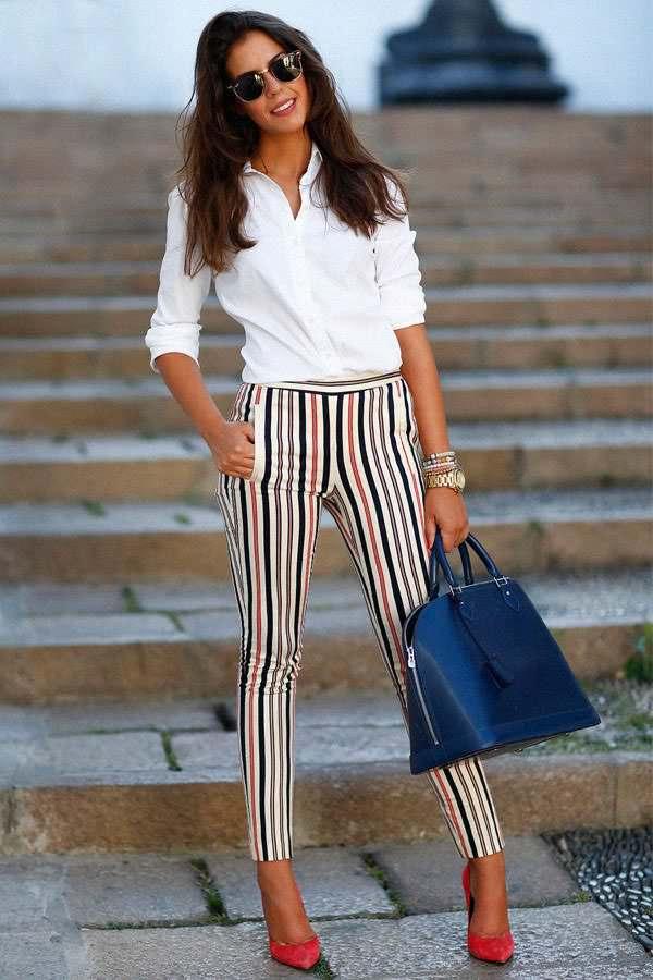 pantaloni a righe camicia bianca decollete e borsa di pelle