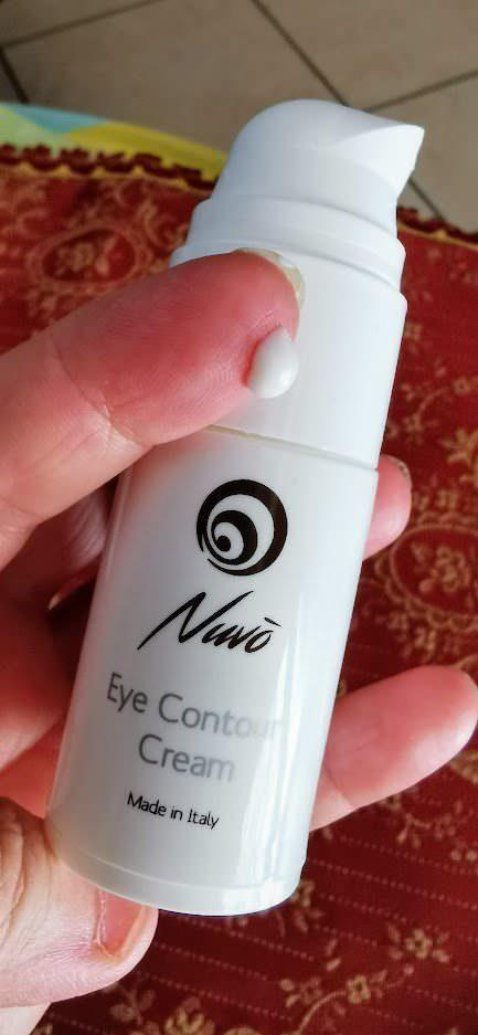 Cura gli occhi con crema contorno occhi Nuvò antirughe e idratante