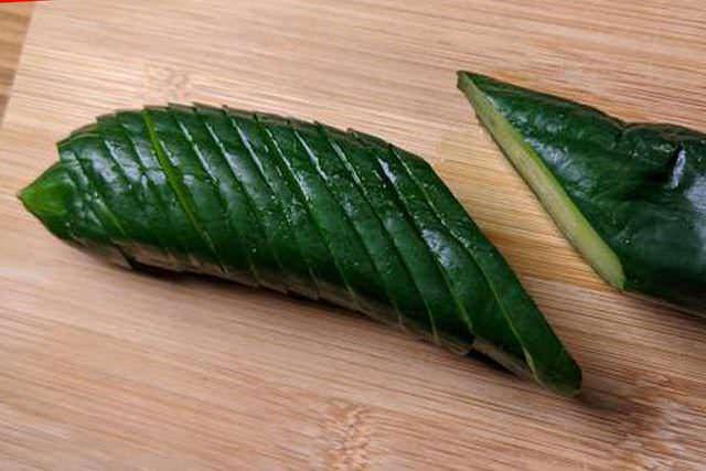 tagliare a fettine il cetriolo